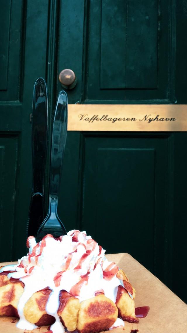 Dänische Waffel mit Erdbeersoße und Sahne