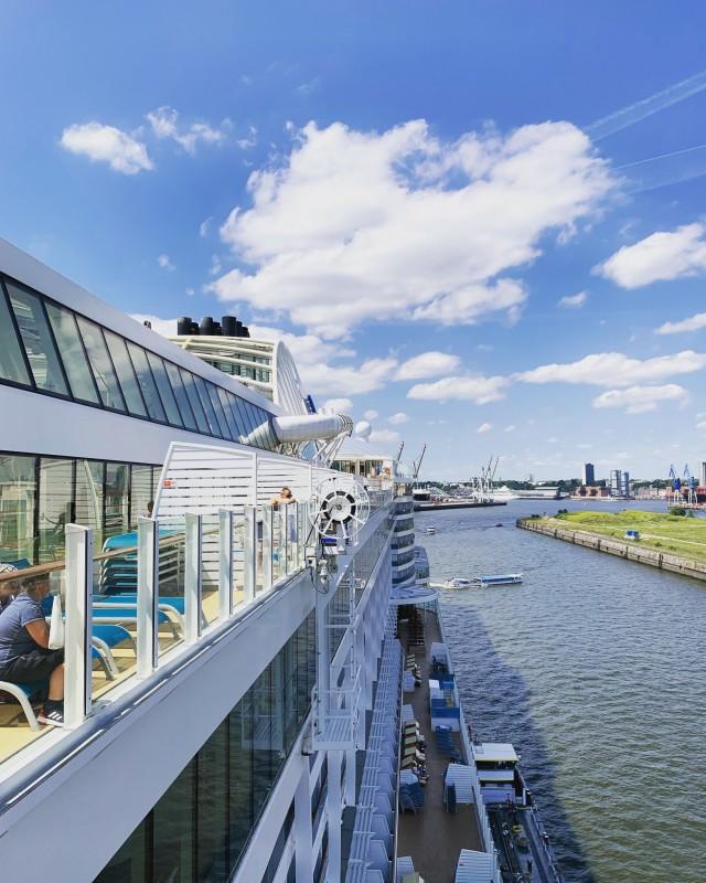AIDAperla im Hamburger Hafen