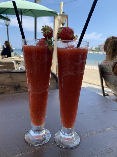Leckerer Cocktail am Strand von Ibiza