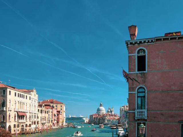 Ein Kreuzfahrtschiff passiert Venedig