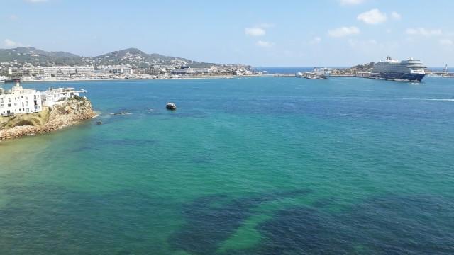 Blick von Baluard de Santa Llucia auf den Hafen und Mein Schiff 2