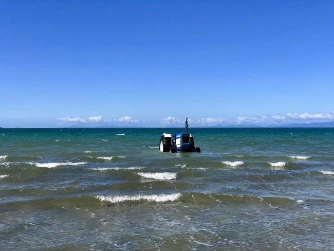 Ein Traktor im Wasser