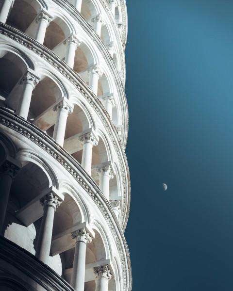 Der schiefe Turm im Schutz des Mondes