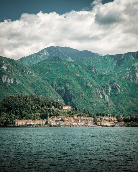 Kleines Dorf am Komer See